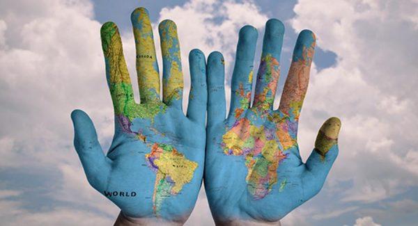 immagine: mani con cartina del mondo