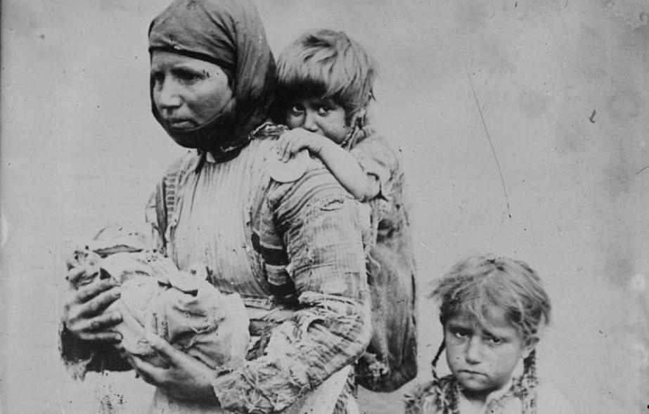 foto d'epoca con madre e bambine